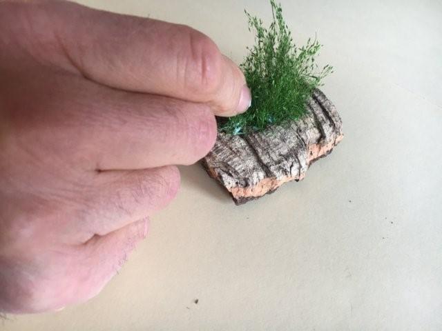 La vegetazione nel presepio: incollaggio dei ciuffi